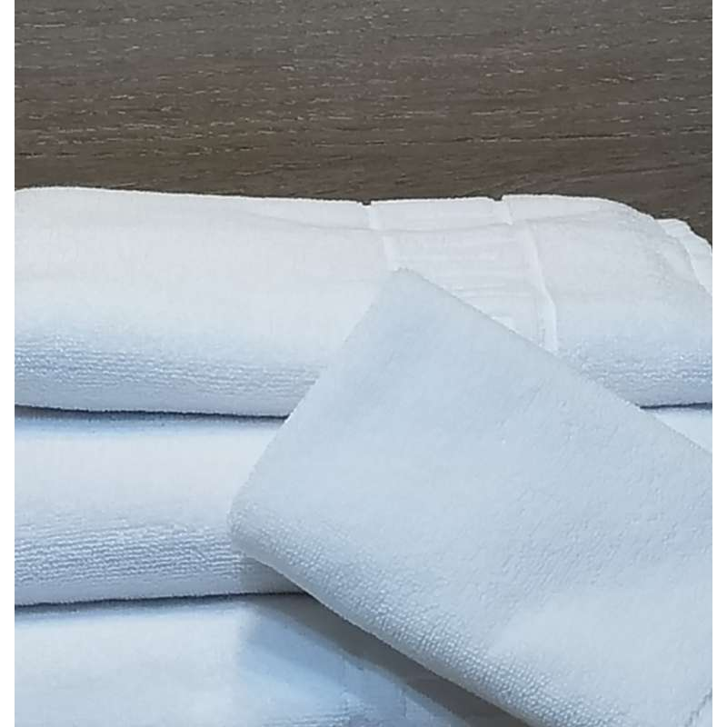 Toallas blancas de lavabo y baño