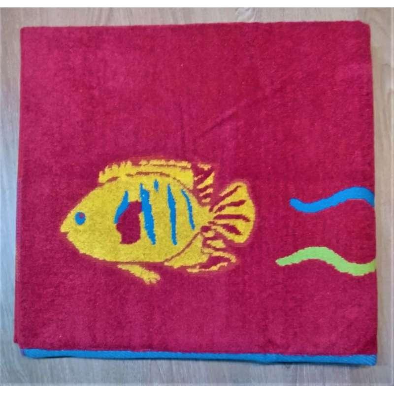 Toalla de playa o piscina de color fucsia con un pez amarillo nadando