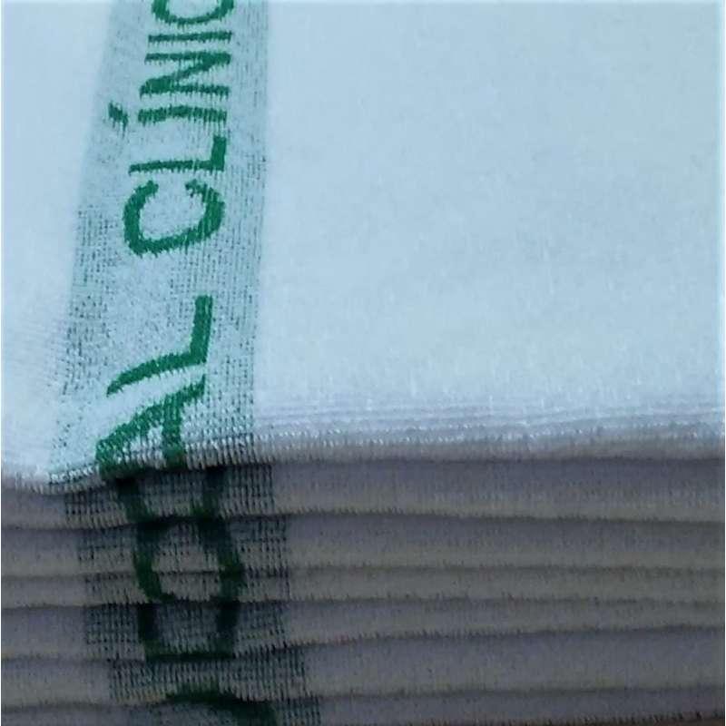 Muestra de toalla blanca con logotipo de color verde