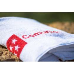 Muestra de toalla blanca con logo en color rojo