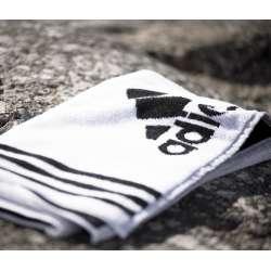 Muestra de toalla blanca con logotipo en negro