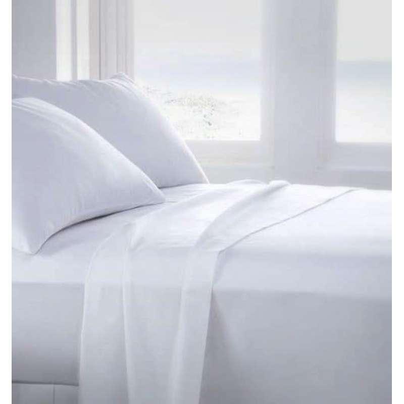 Cama de matrimonio con sábanas blancas